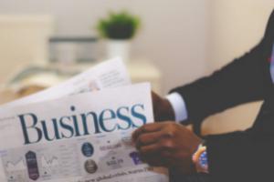 uomo con giornale businessstrategia commerciale